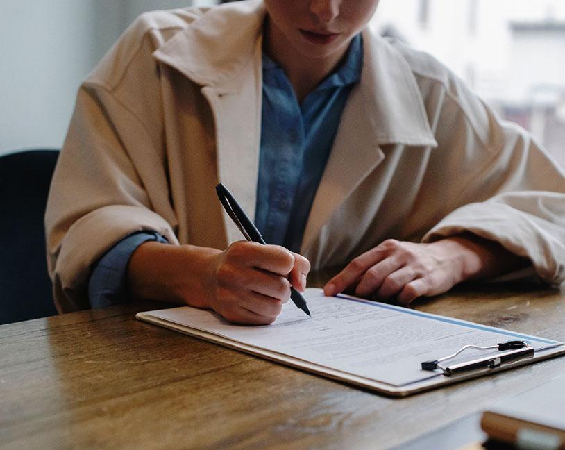 Candidate qui prend des notes pendant un entretien.